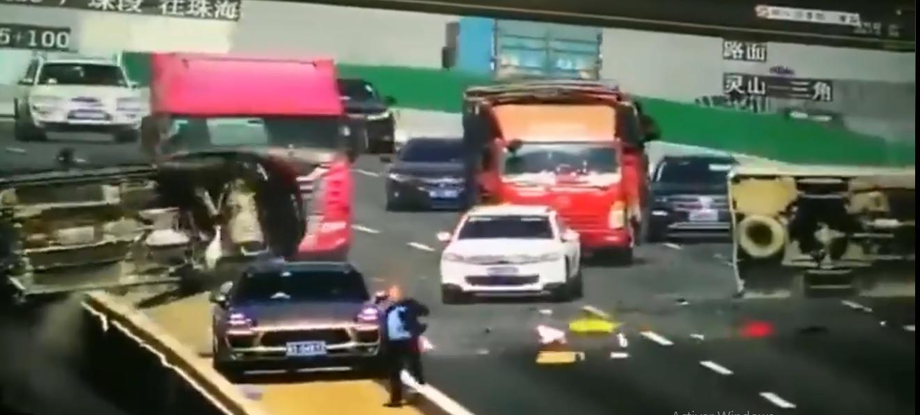 (Video) Auto es impactado por camión y cae de un puente de gran altura