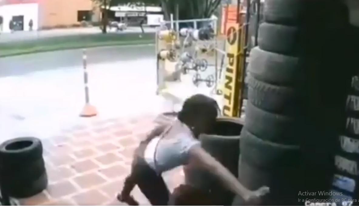 (Video) Mujer rocía gas pimienta en la cara de su presunto acosador