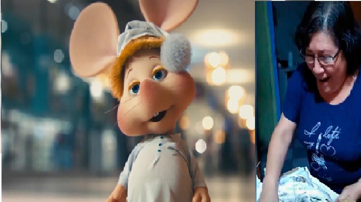 abuelita-emocionada-regalo-raton-topogigo