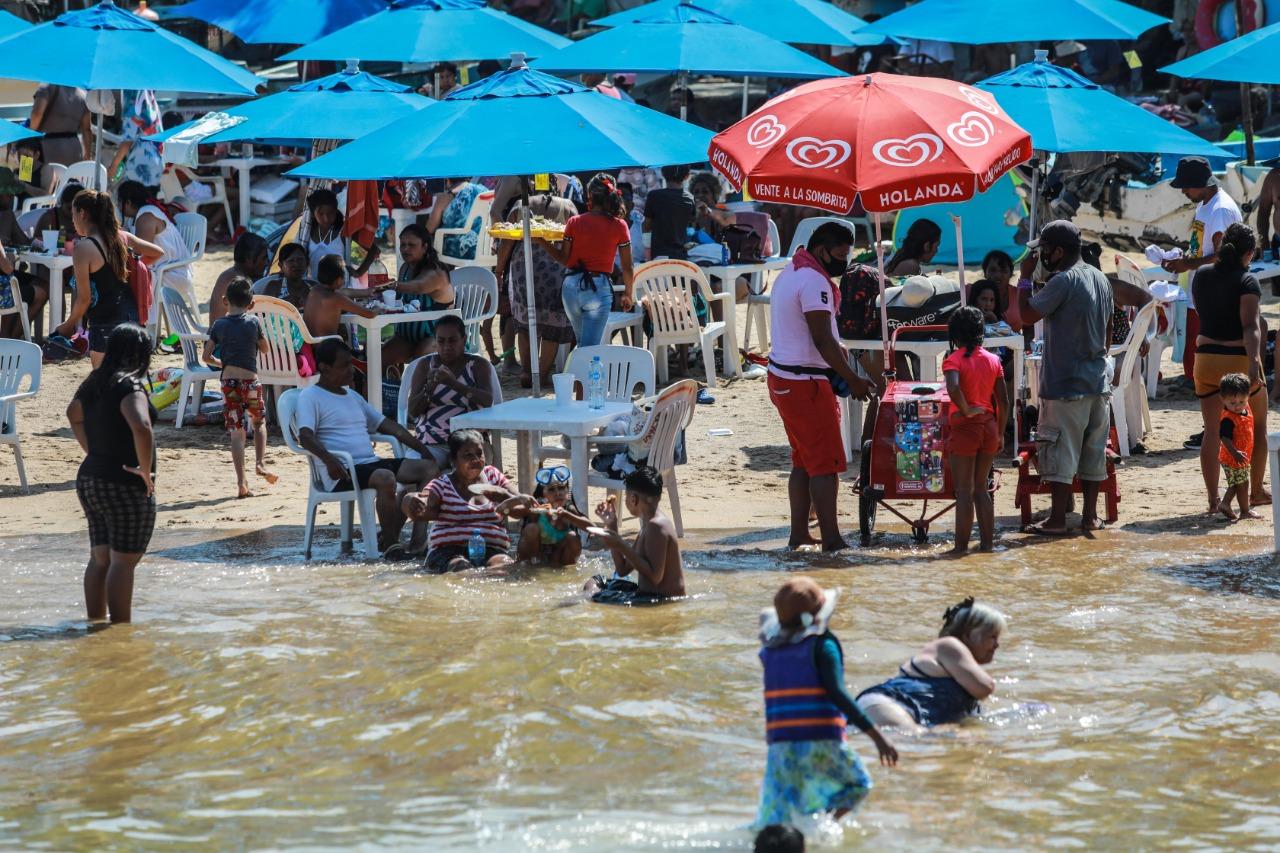 cientos-de-turistas-llenan-las-playas-de-acapulco-pese-a-pandemia-por-covid-19