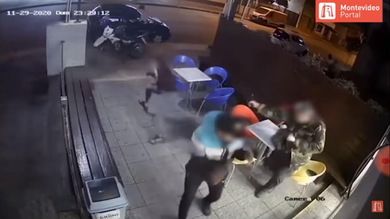 (Video) Oficial de policía evita asalto con helado en mano