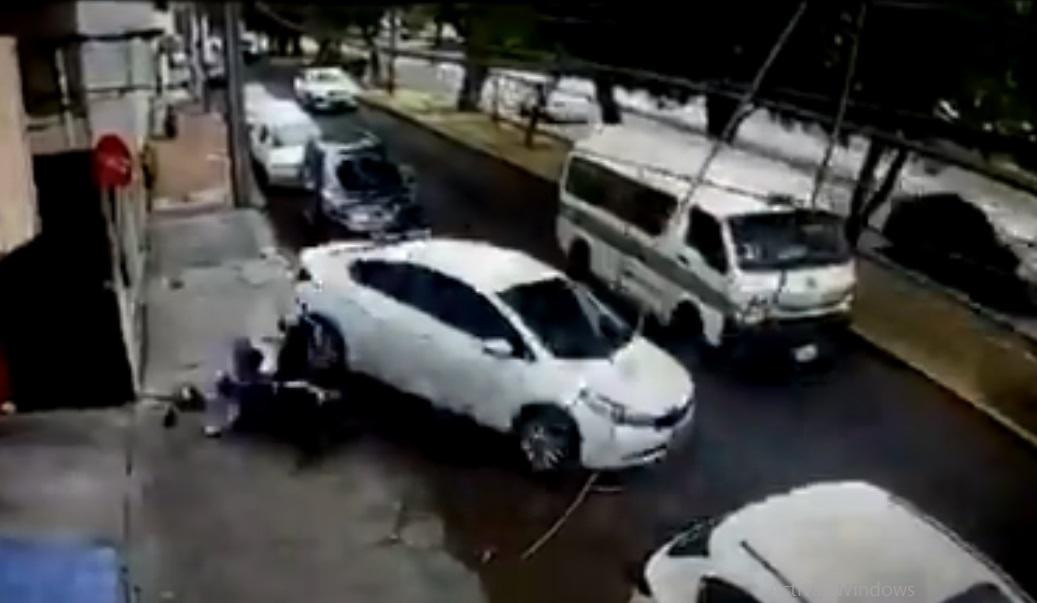 (Nuevo Video) Conductor atropella a los hombres que quisieron asaltarlo