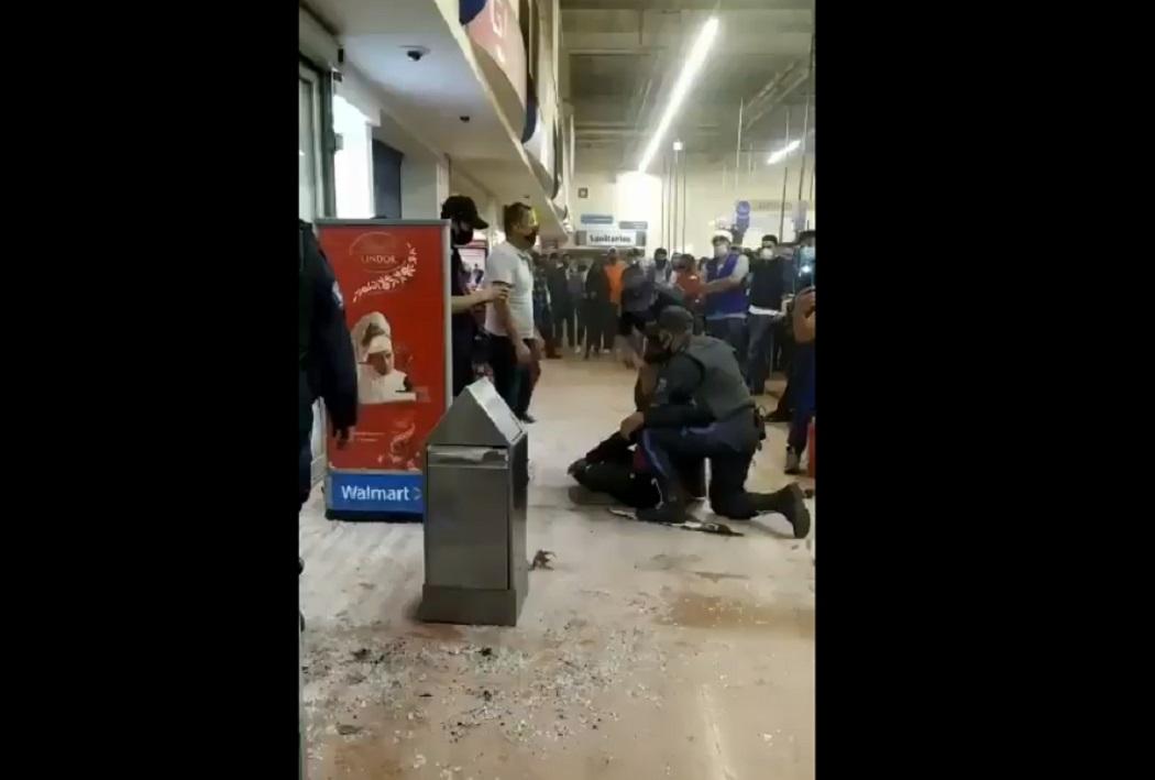 (Video) Ladrón intenta huir de tienda comercial rompiendo el vidrio de las puertas