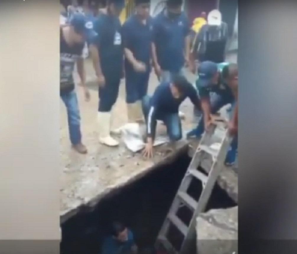 (Video) Mujer de la tercera edad es rescatada después de caer en un gran socavón en Villahermosa