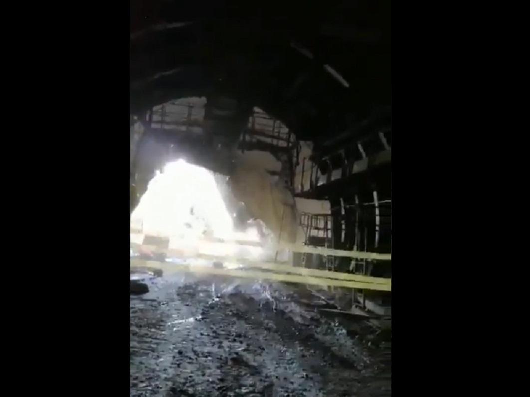 (Video) Trabajadores casi quedan atrapados por un derrumbe