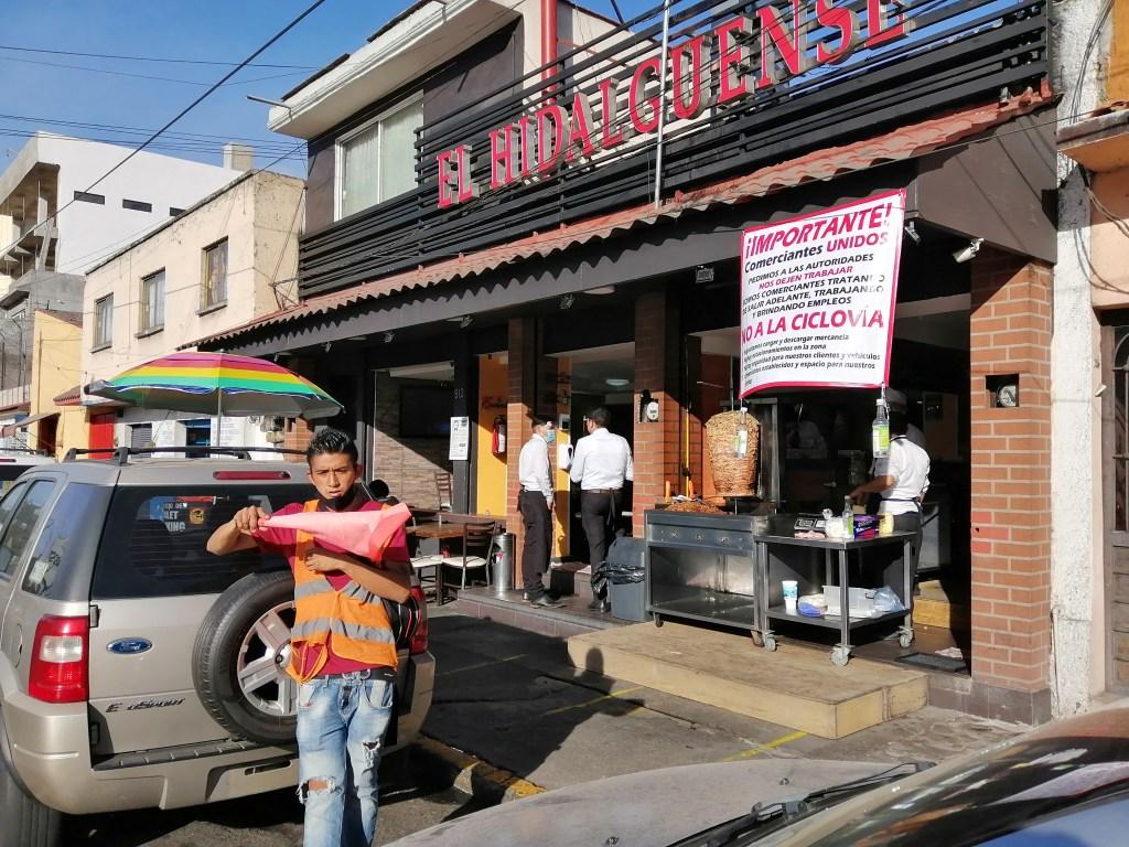 Comerciantes continúan colocando pancartas contra ciclovía de Isidro Fabela