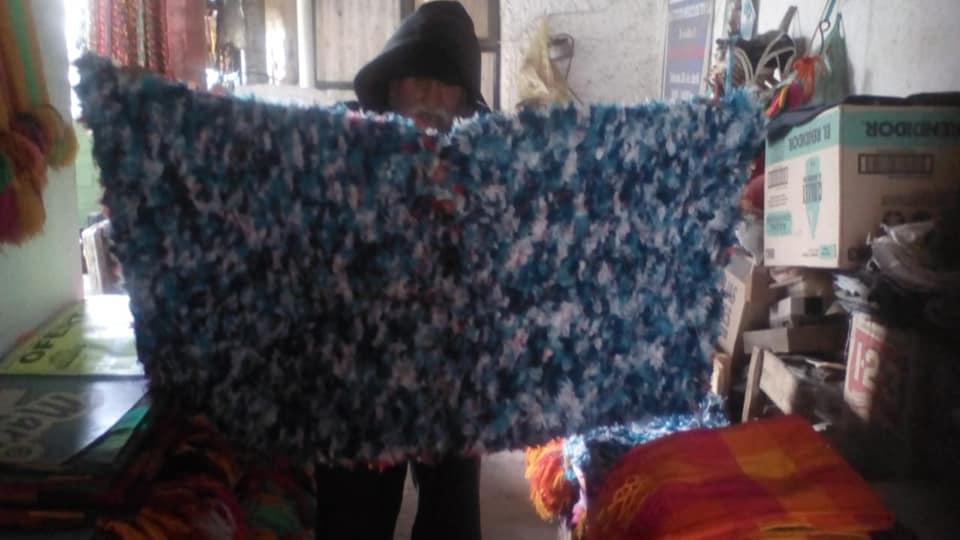 Adulto mayor de Toluca vende manteles, servilletas y tapetes para poder comer