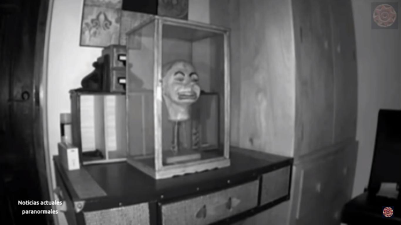 Video ll Captan a muñeco antiguo cobrando vida por la noche