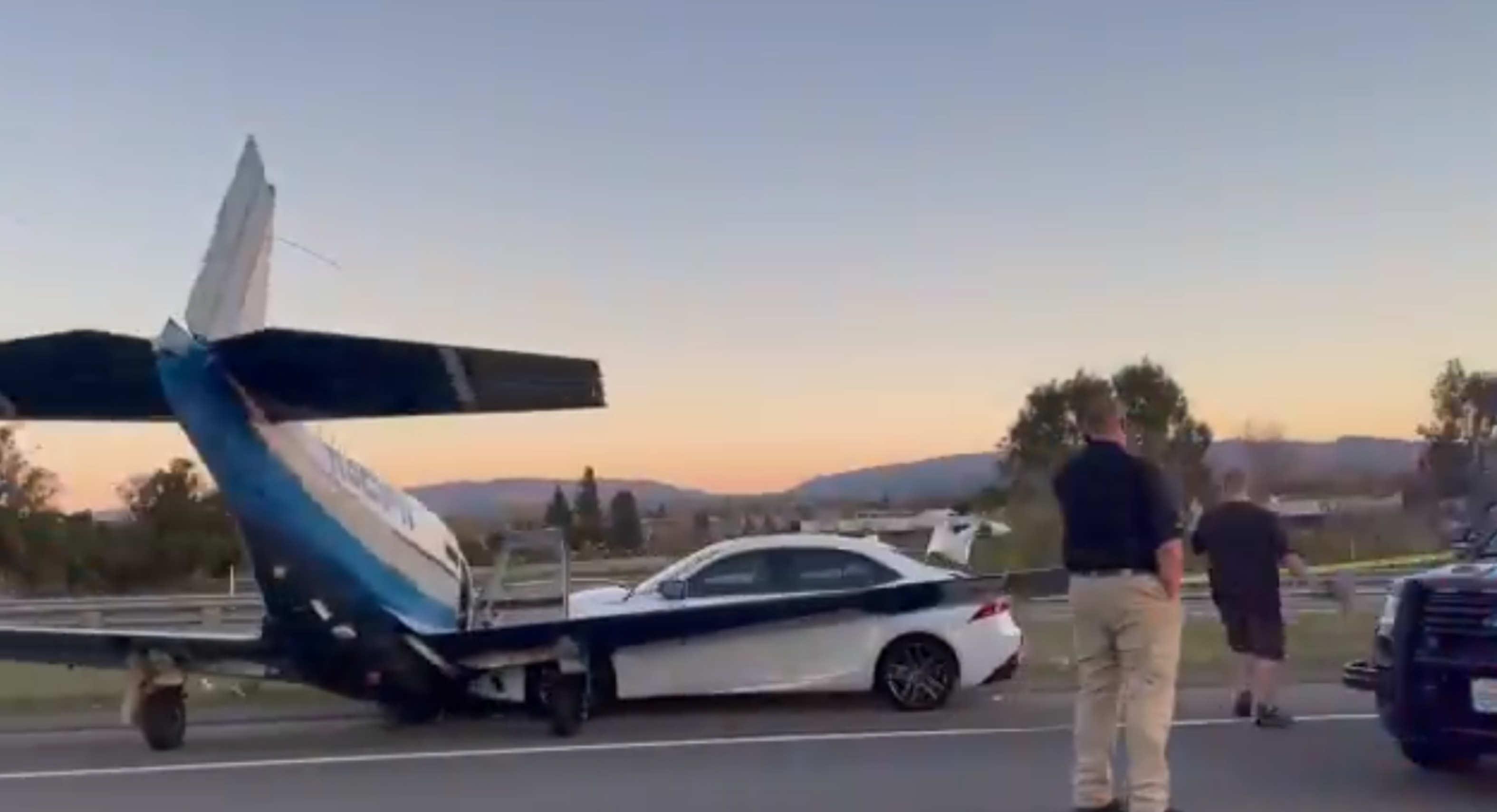 en video avioneta se estrella contra automovil