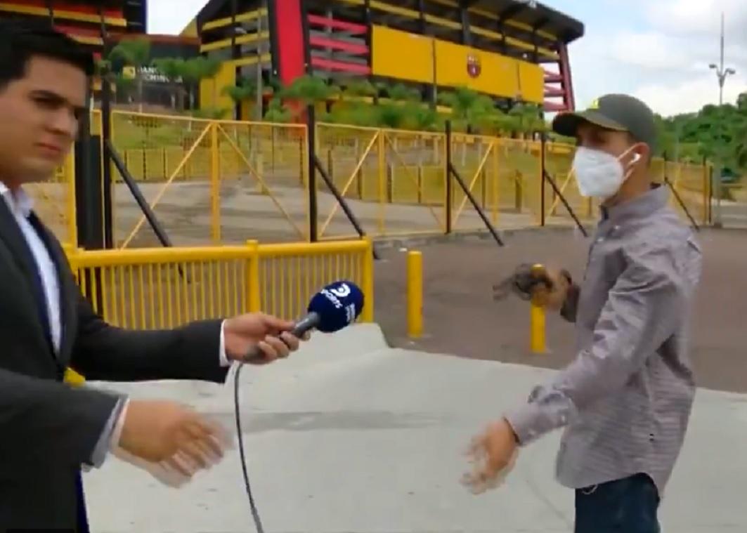Reportero de deportes es asaltado mientras transmitía en vivo || VIDEO