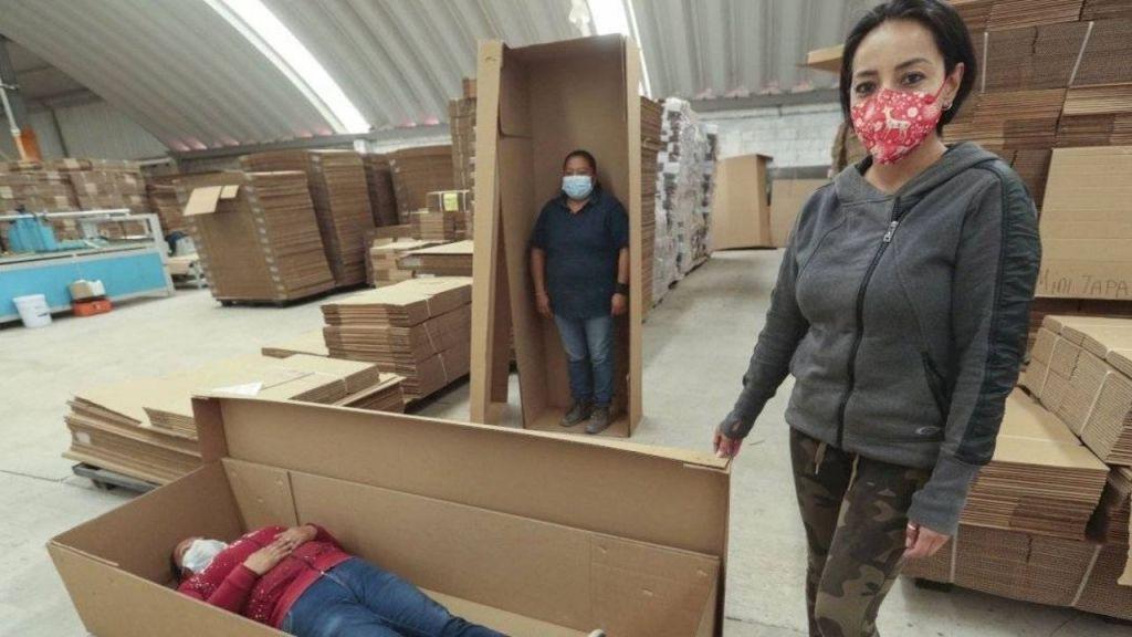 Muchas clínicas ponían los cuerpos en bolsas de basura, en otros casos se quedaba el cadáver ocupando camillas, camas de hospital. Al ver estos reportajes, se nos ocurrió la idea de diseñar algo económico, ecológico y fácil de transportar