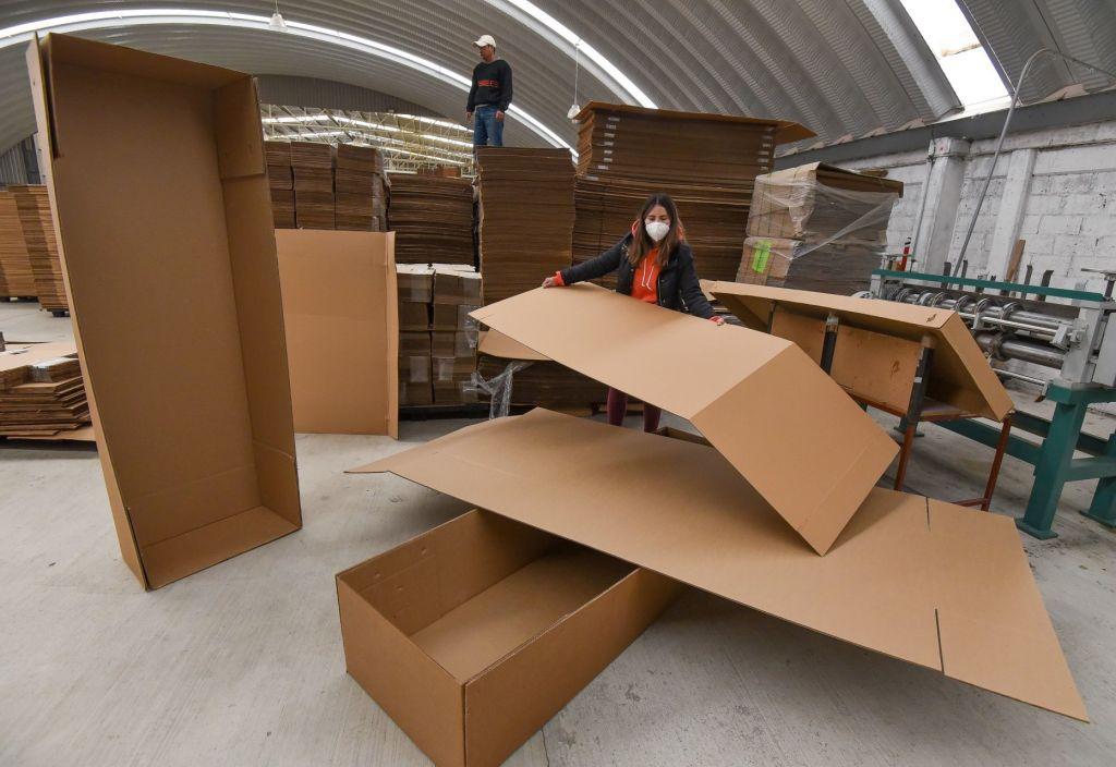 Ante la demanda por la cantidad de decesosa causa del covid-19, una empresa de Toluca se encargó de poner a la venta ataúdes de cartón.