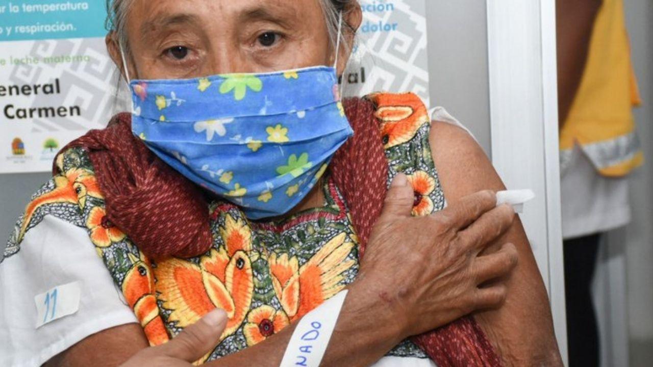 Mujer sufre reacción adversa luego de recibir vacuna contra COVID-19