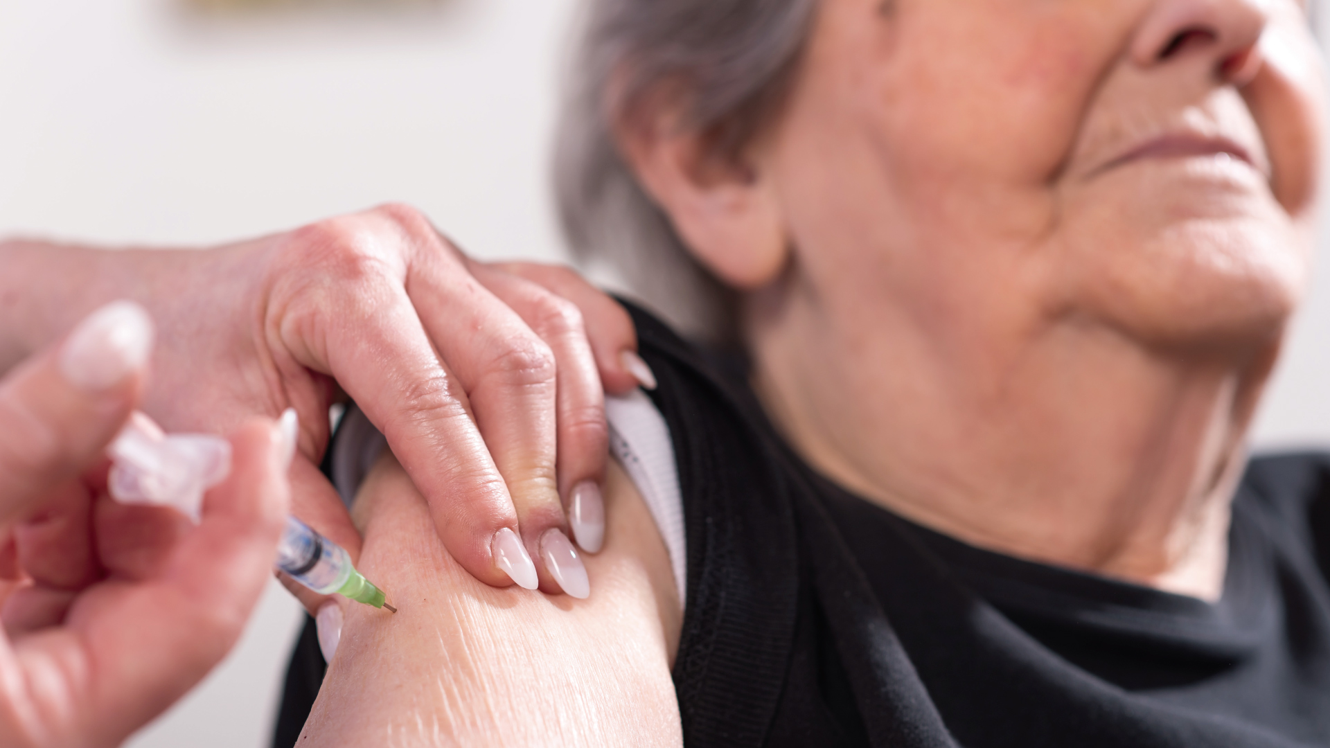 Se disfrazaron de abuelitas para recibir la vacuna del covid-19
