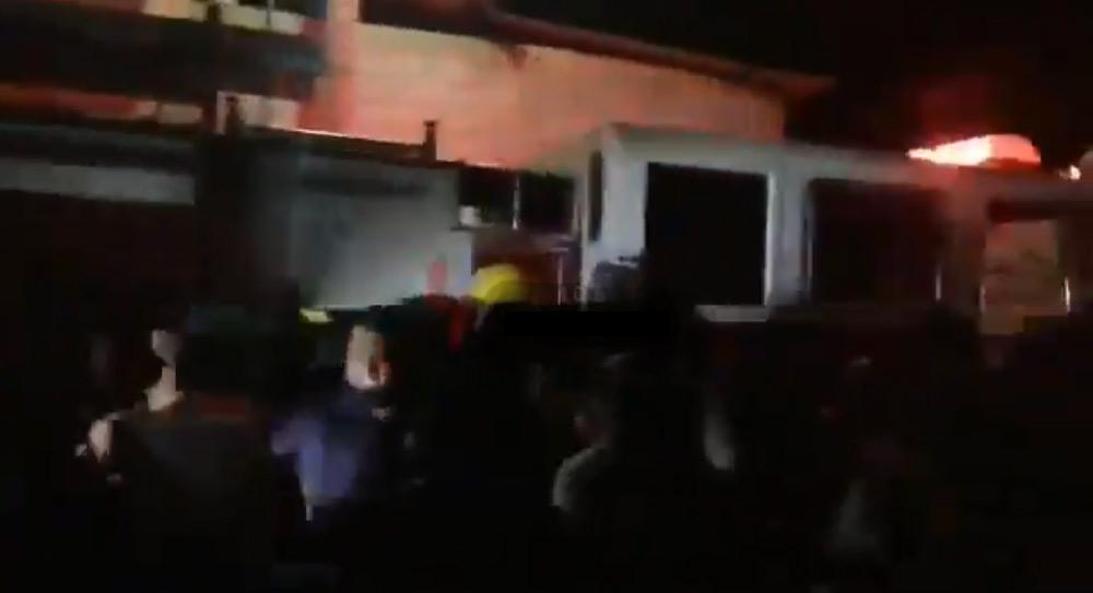 bomberos son golpeados por pobladores de zinacatepec en Puebla por haber llegado tarde a mitigar el fuego.