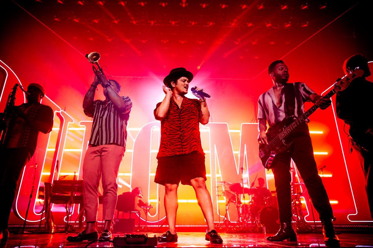 Bruno Mars en una presentación con su banda