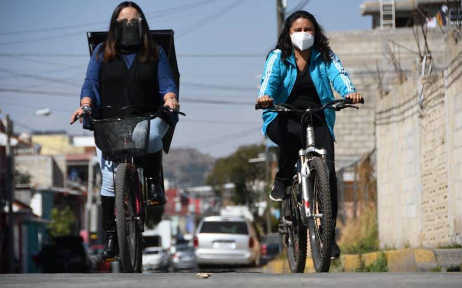 Personas realizando ejercicio en la bicicleta