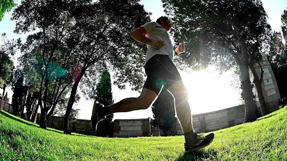 Persona corriendo en el parque por salud