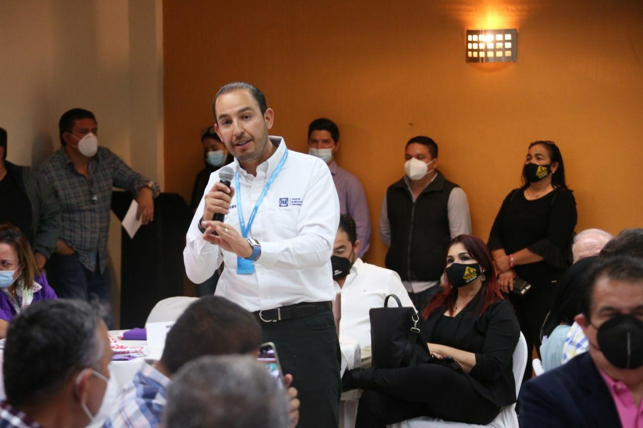El político Marko Cortés en una Reunión con su partido
