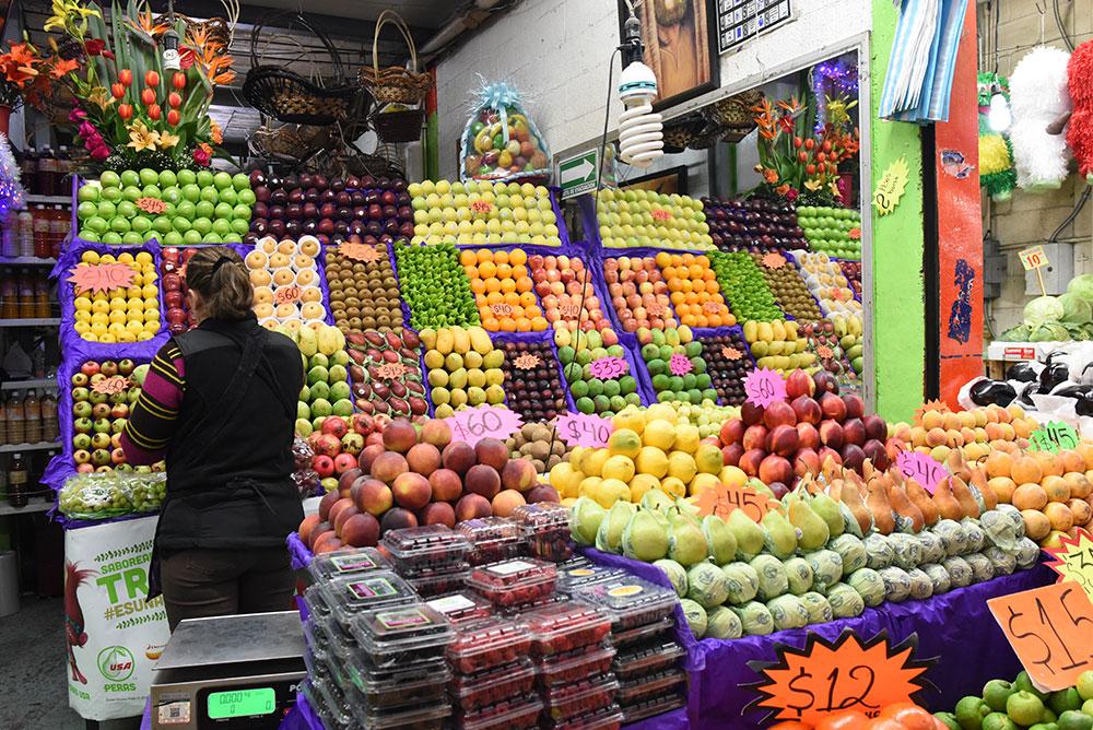 La venta de frutas de temporada en la central de abastos