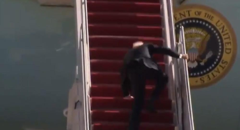 joe biden protagoniza tropiezo al arribar a la aeronave presidencial air force one, situación que fue objeto de burla en redes sociales tras su tropiezo