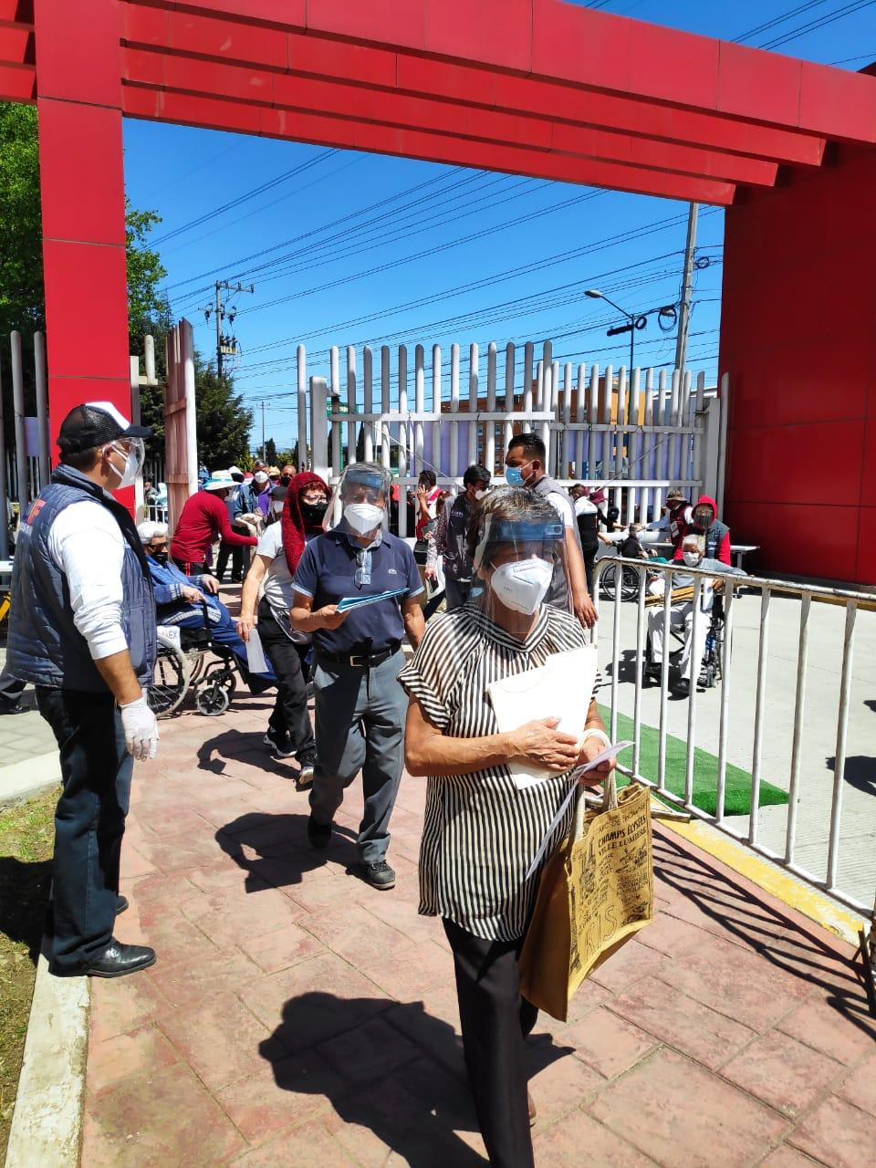 Adultos mayores reconocen la labor de las autoridades y personal médico en la Jornada de Vacunación en Toluca