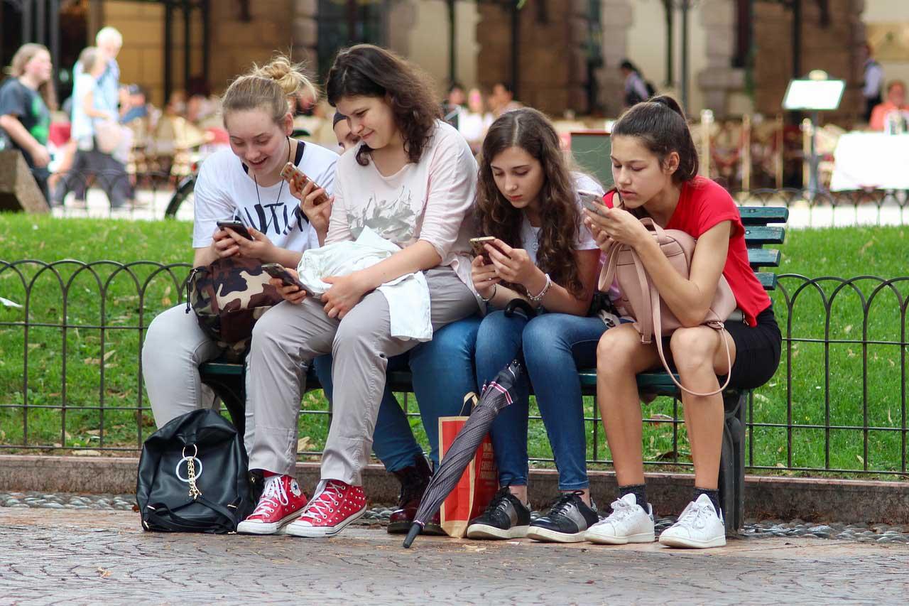 Instagram introducirá nuevas políticas para limitar las interacciones entre adolescentes y adultos con el fin de ofrecer una plataforma más segura para los usuarios menores de edad