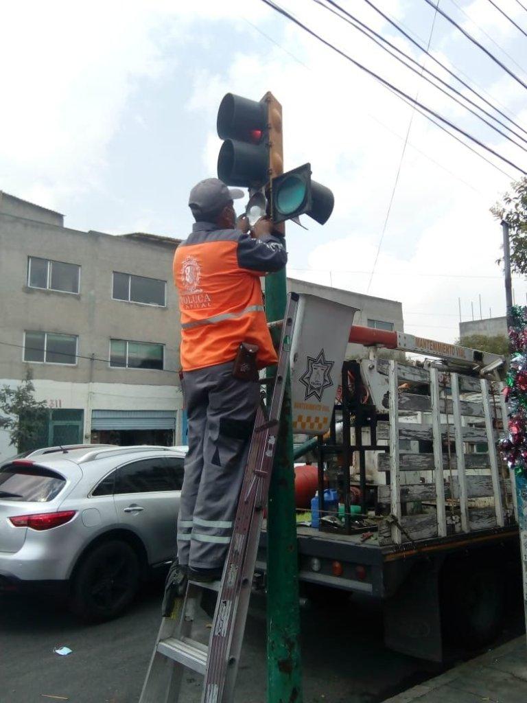 El Ayuntamiento de Toluca ha habilitado una línea telefónica para que los ciudadanos puedan reportar la existencia de semáforos descompuestos