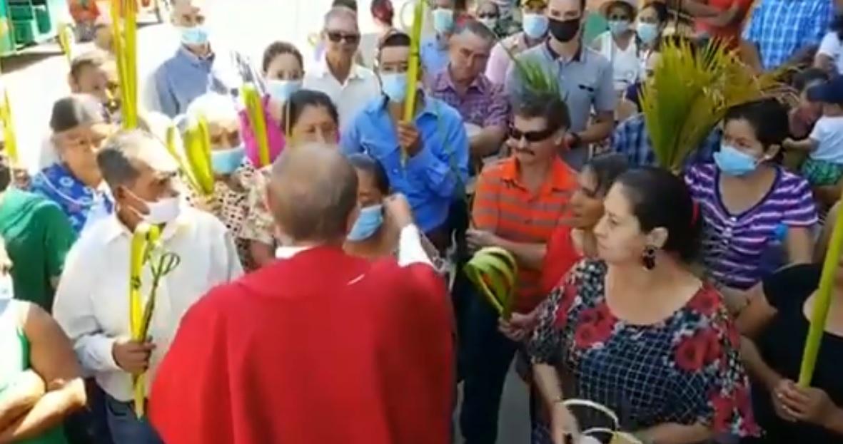Sacerdote pide a feligreses quitarse el cubrebocas durante Domingo de Ramos || VIDEO