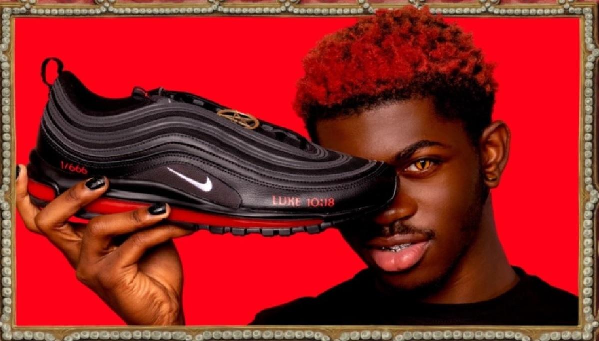 El rapero Lil Nas X ha debutado en el mundo de la moda, sin embargo, la polémica no ha sido por la iniciativa, gusto y diseño controversial de los tenis, sino debido a que de acuerdo a SAINT marca con la que colaboró la suela del calzado contiene una gota de sangre humana.