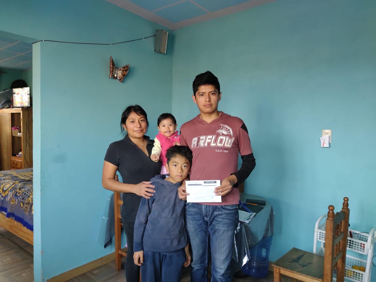Becas Benito Juárez imagen de una familia que recibe el apoyo de beca bienestar para las familias