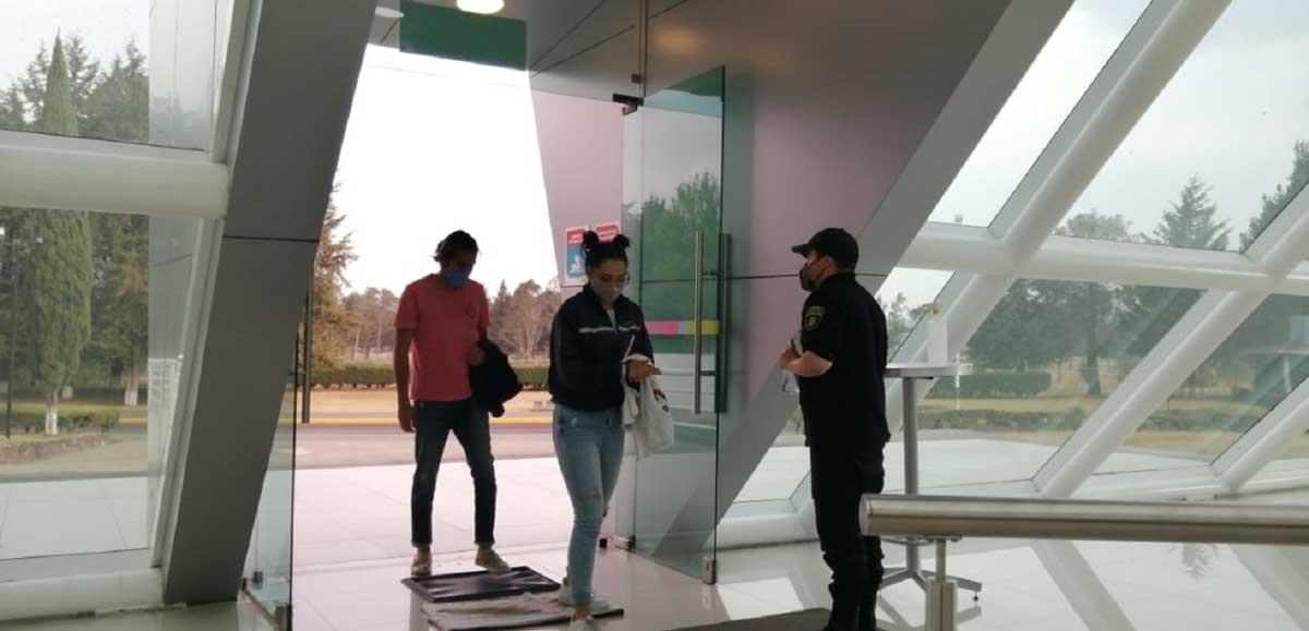 Cineteca mexiquense gente entrando y recibiendo gel antibacterial.