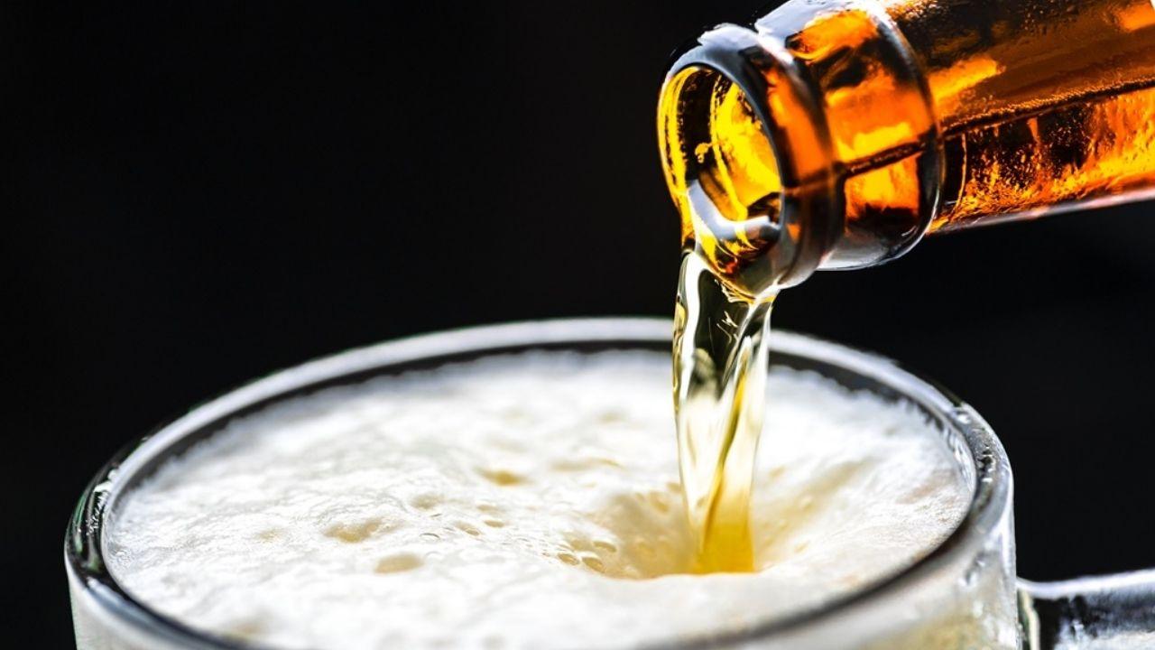 ¿Cuáles son los beneficios de la cerveza? La cerveza es elaborada con ingredientes naturales, además cuenta con vitaminas B y minerales como el calcio, fibra y antioxidantes.