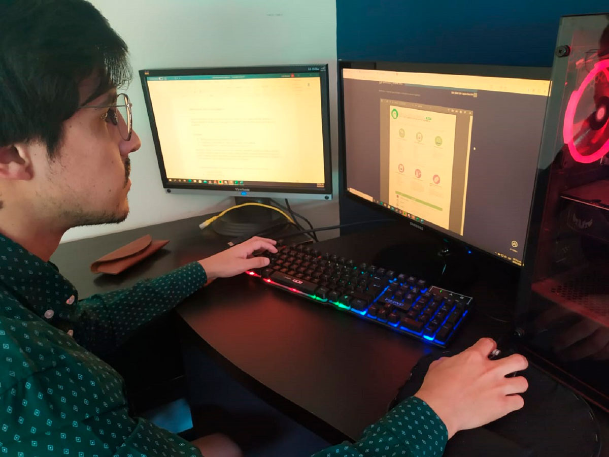Estudiante tomando un curso vía online