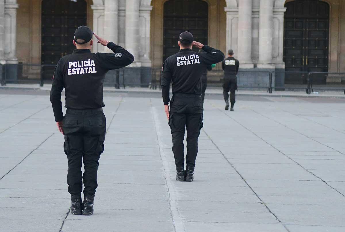 Edomex policías saludando de espaldas.