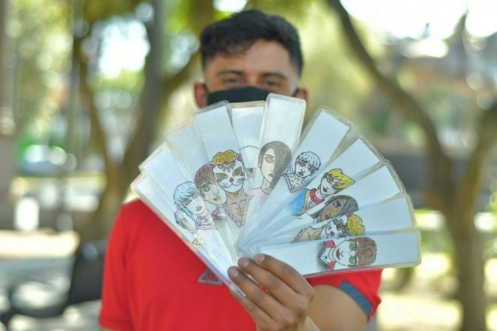El libro tiene un precio de 250 pesos e incluye de regalo un separador con uno de los dibujos hechos por el propio autor de los personajes de su novela.