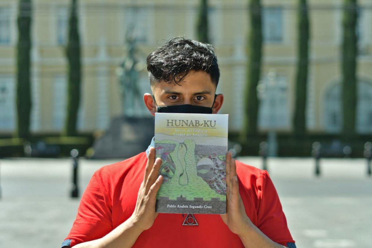Pablo Andrés Segundo Cruz, egresado de la Universidad Autónoma del Estado de México (UAEMex) pide apoyo para dar a conocer su libro de fantasía Hunab-Ku