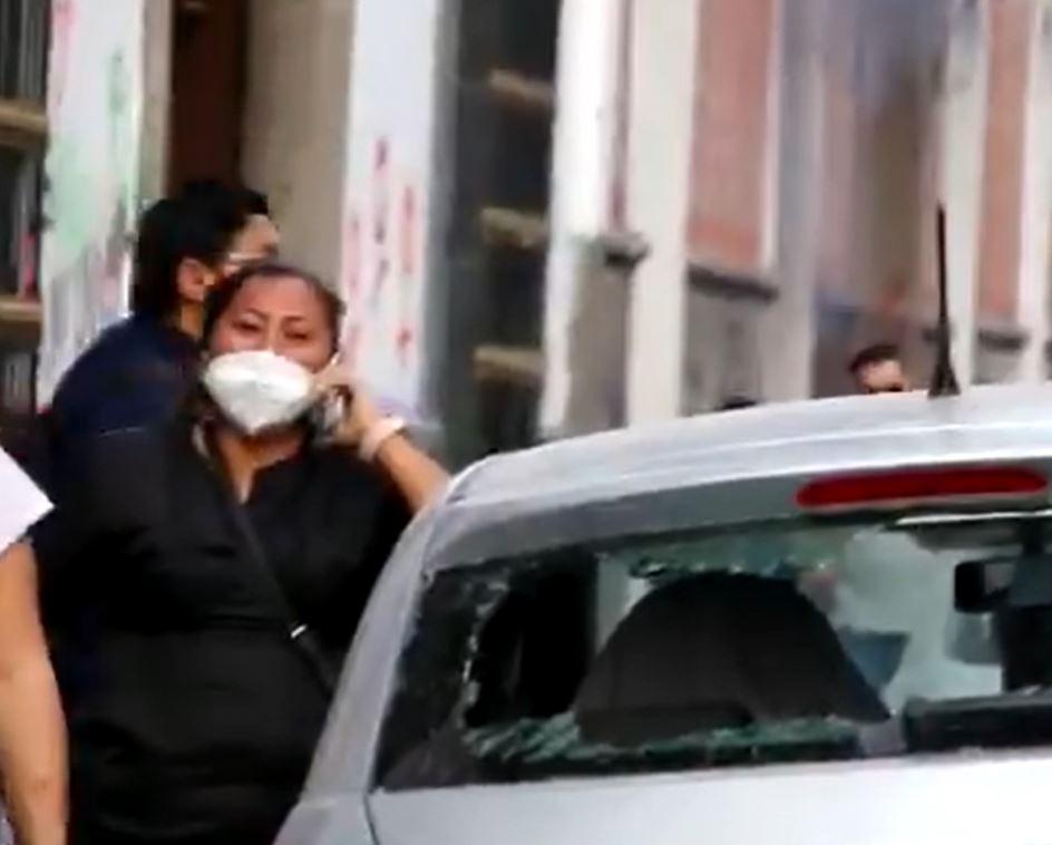 Feministas pagan daños a mujer afectada del carro
