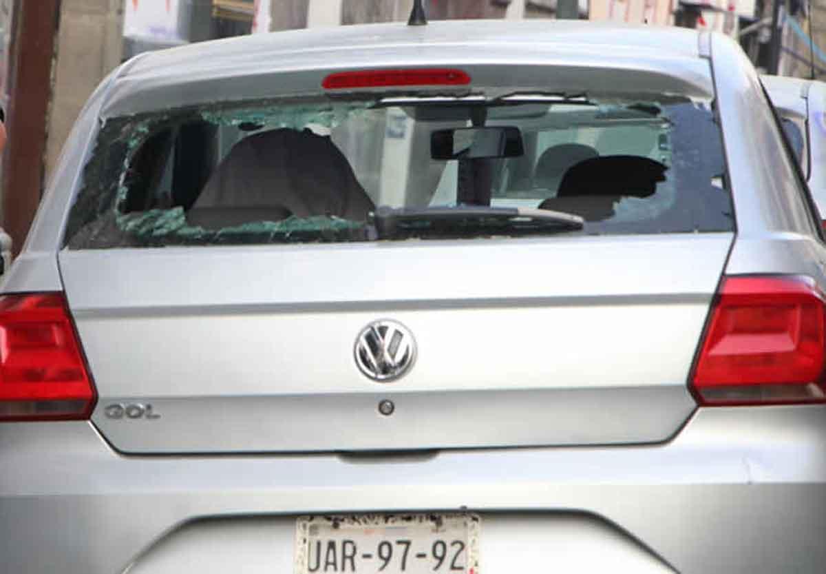 Feministan pagan daños a auto en Puebla