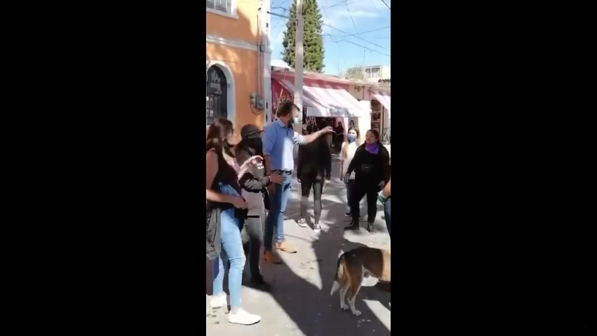 Video    Hombre explota contra grupo de mujeres que vandalizaron su auto