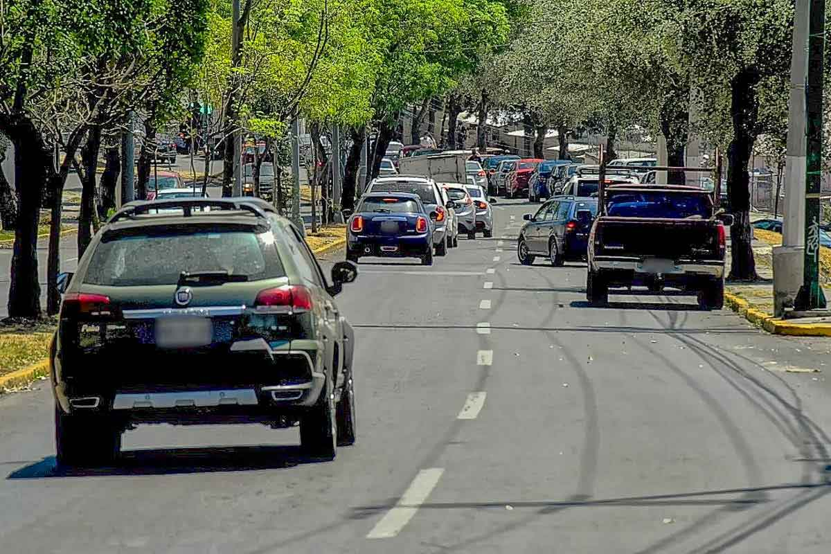 Hoy no circula imagen ilustrativa con carros en una avenida.