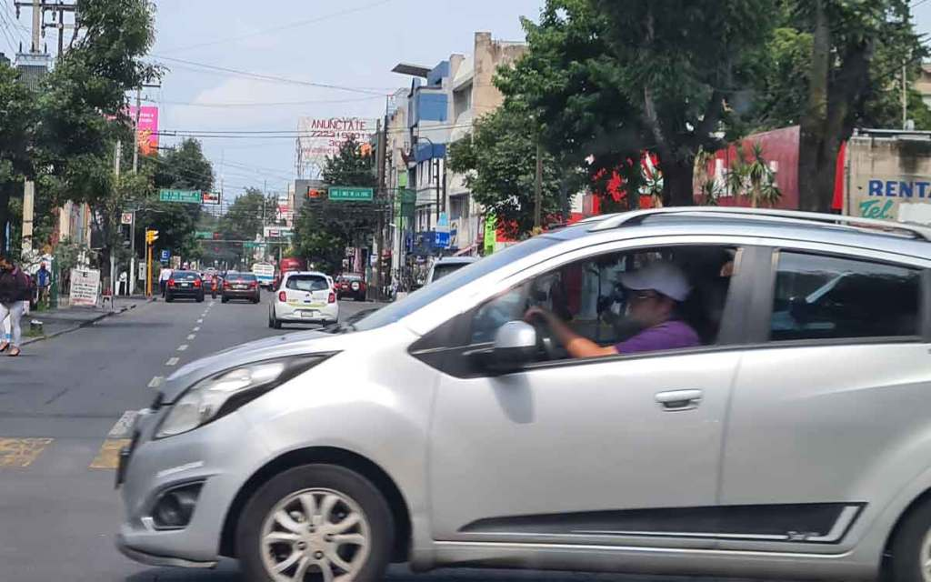 Carro en la calle Juárez en Toluca.