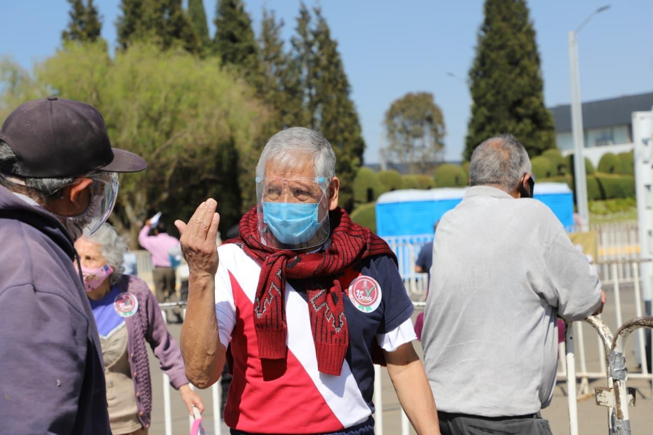 Los adultos mayores que han recibido la vacuna en alguno de los módulos de Toluca mencionaron el haber sido atendidos respetuosamente