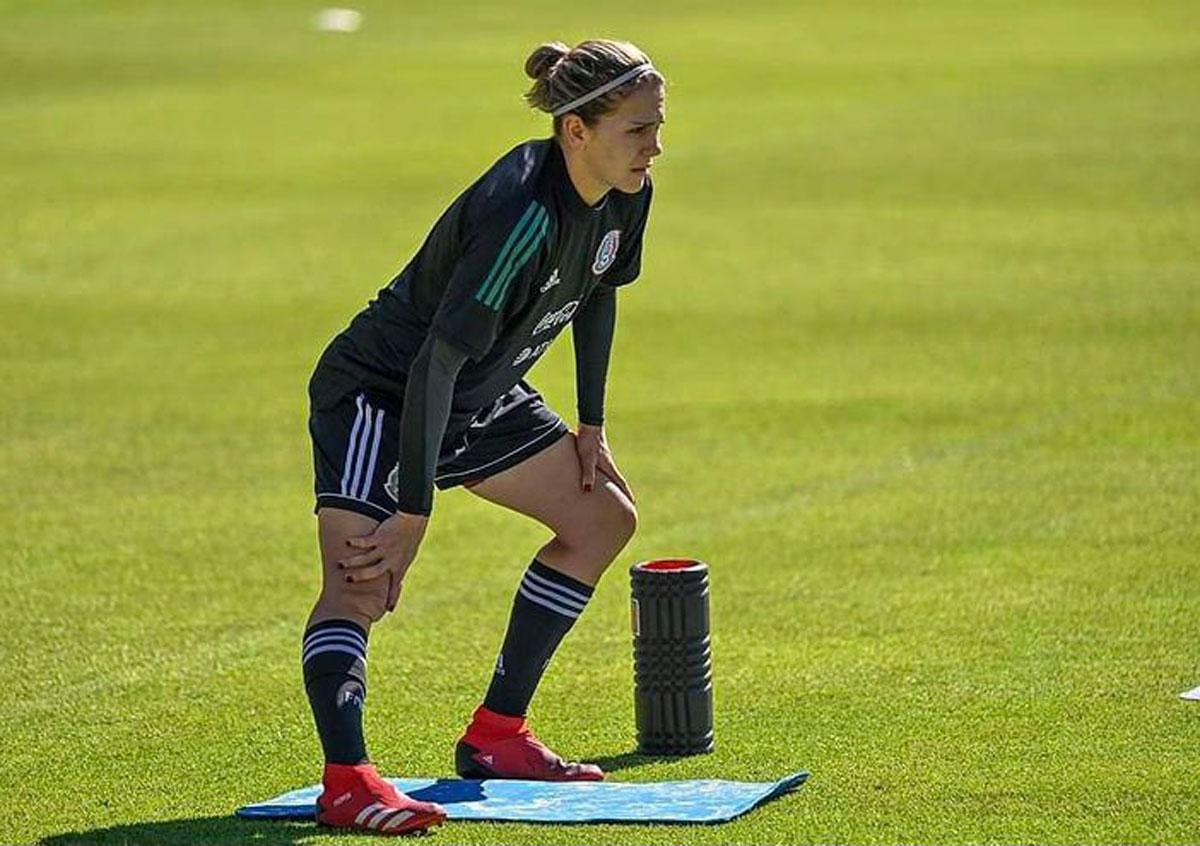 Alicia Cervantes jugadora de chivas practicando con la selección mexicana