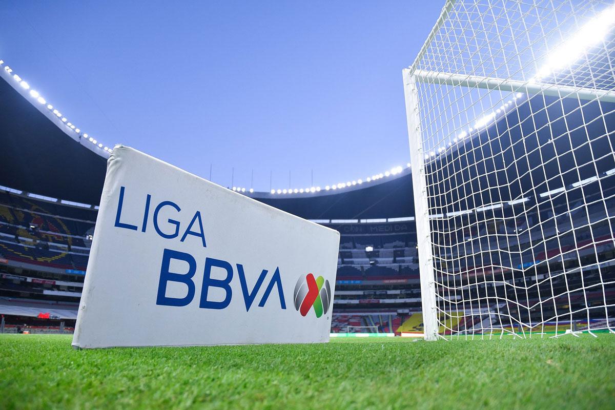Foto del logo de la liga mx en la cancha