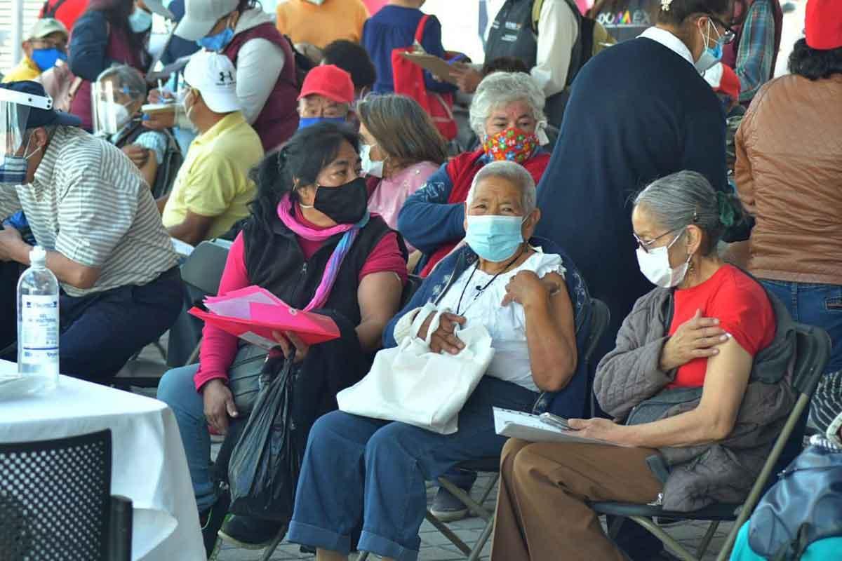Metepec inicia vacunación adultos mayores.