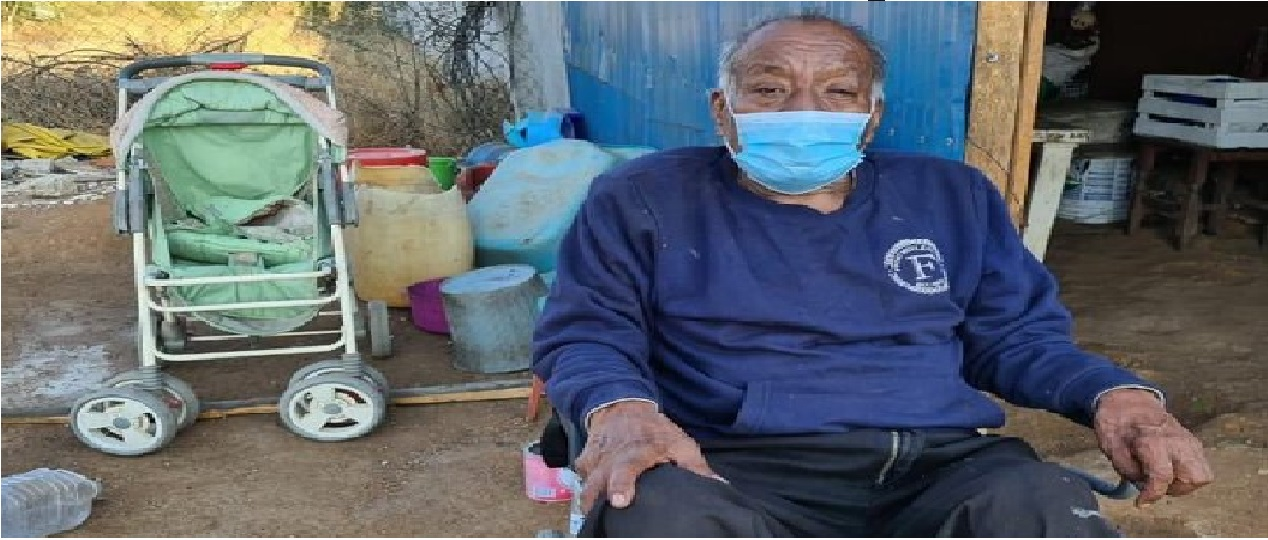 Nietos llevan a vacunar a su abuelito en una carriola en Oaxaca || VIDEO