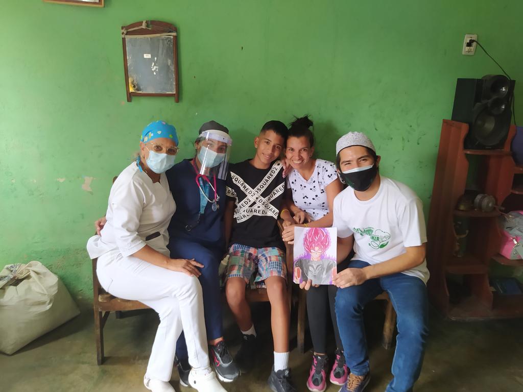 Niño venezolano vende sus dibujos para ayudar a su mamá