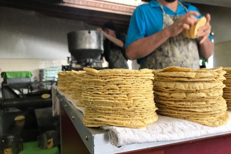 De acuerdo con la Profeco, las tiendas de autoservicio son los lugares donde se vende más barato el kilo de tortilla, estando el precio desde los 9.70 pesos hasta los 12.70 pesos.