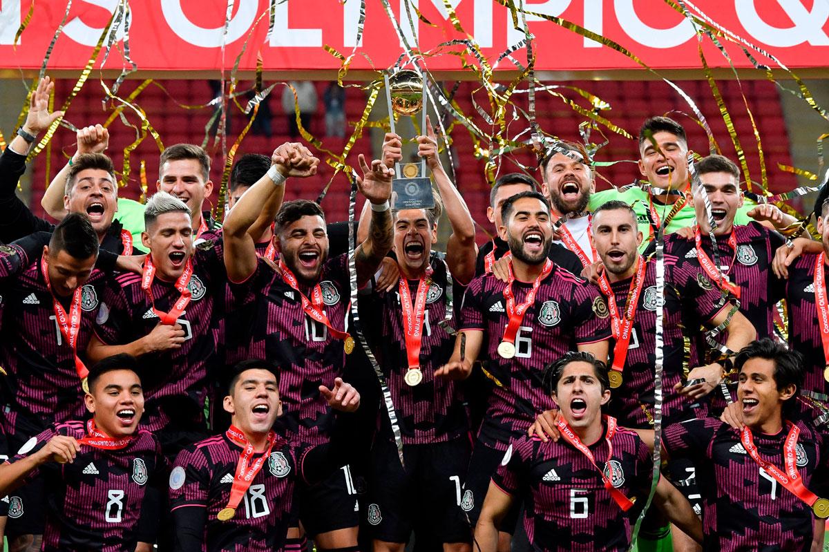 Los jugadores de la selección mexicana festejan el titulo